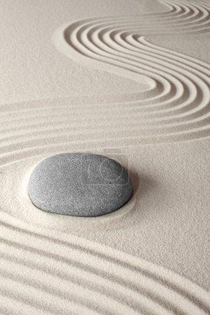 Photo pour Fond de méditation spirituelle Japanes zen jardin galets et sable concept pour la thérapie de bien-être de pureté et de traitement spa - image libre de droit