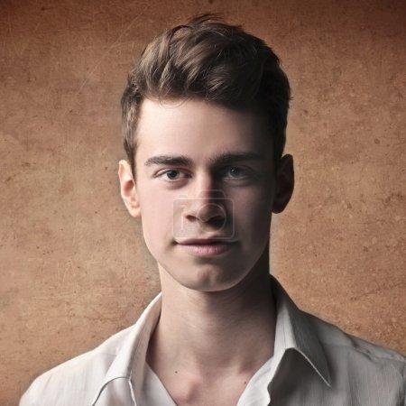 Photo pour Portrait d'un beau jeune homme - image libre de droit
