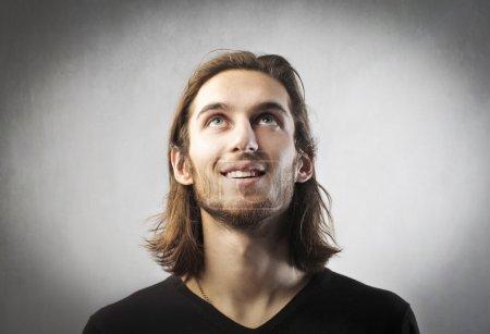 Foto de Retrato de un joven sonriente fascinado - Imagen libre de derechos