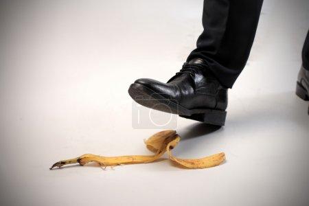 Foto de Primer plano del pie del hombre de deslizarse sobre una piel de plátano - Imagen libre de derechos