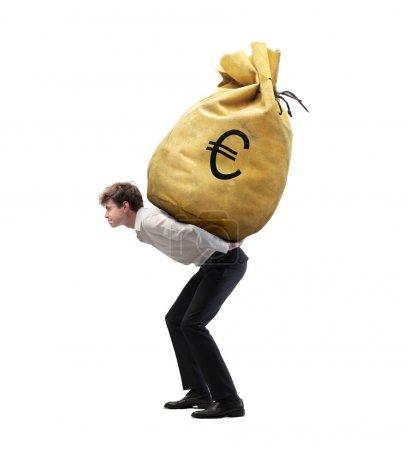 Photo pour Jeune homme d'affaires isolé transportant un sac d'argent sur ses épaules - image libre de droit