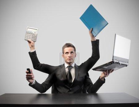 Photo pour Homme d'affaires à quatre mains tenant des objets d'affaires - image libre de droit