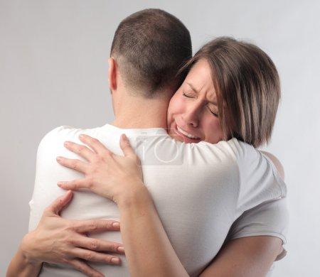 Photo pour Triste jeune femme embrassant son mari - image libre de droit