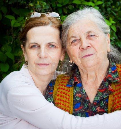 Photo pour Portrait de famille - fille d'âge mûr et mère senior - image libre de droit