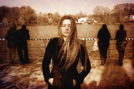 Foto de Mujer joven triste solitario solitario deprimidas al aire libre - Imagen libre de derechos