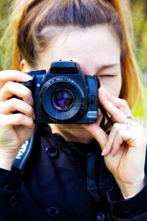Foto de Mujer fotógrafo con cámara de fotos digital en las manos - Imagen libre de derechos