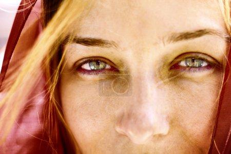 Photo pour Closeup portrait de femme avec beaux yeux verts - image libre de droit