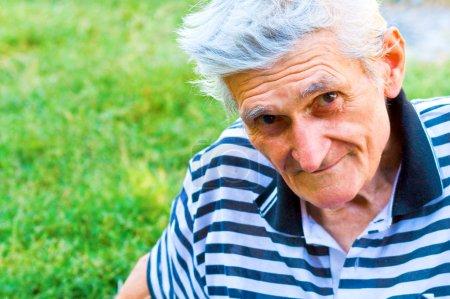 Photo pour Portrait en plein air d'un homme senior confiant - image libre de droit