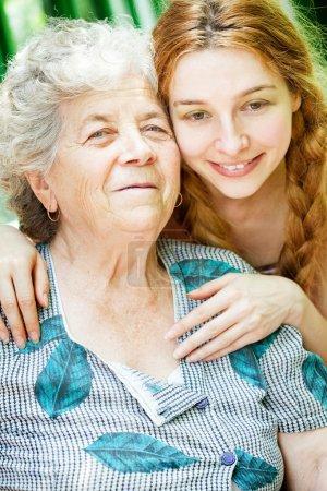 Photo pour Portrait de famille heureuse - fille et sa grand-mère en plein air - image libre de droit
