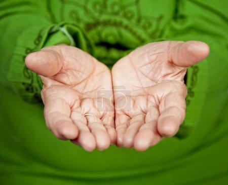 Photo pour Gros plan sur les mains de vieille femme senior - image libre de droit