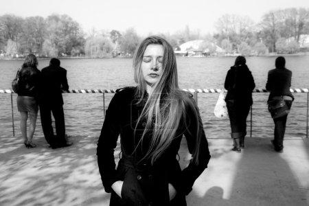 Foto de Concepto de aislamiento social - triste solitaria mujer infeliz - Imagen libre de derechos