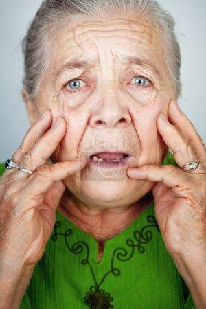 Photo pour Portrait de dame ridée âgée effrayée et inquiète - image libre de droit