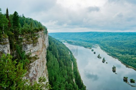 Photo pour Vue sur la rivière Vishera depuis la falaise du Vetlan. Le territoire de Perm. Russie . - image libre de droit