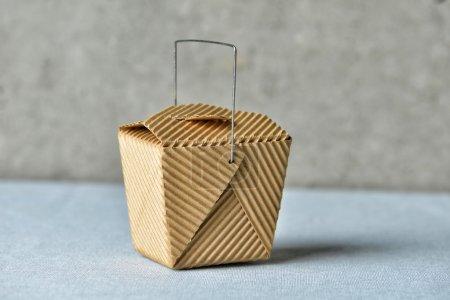 Photo pour Image d'un générique « to go » recyclé de coffrage en carton brun - image libre de droit