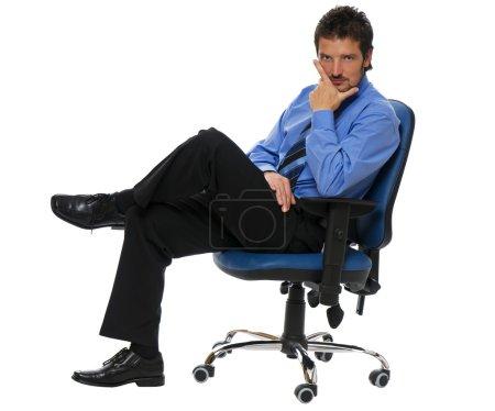 Foto de Joven hombre de negocios seguro sentado en una silla - Imagen libre de derechos