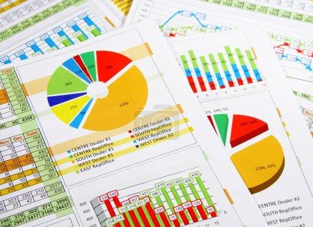 Photo pour Rapport annuel imprimé dans des graphiques - image libre de droit