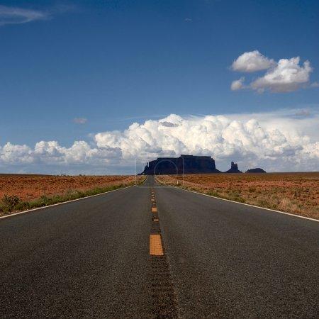 Photo pour Route sans fin dans le parc national de Monument Valley, Arizona - image libre de droit