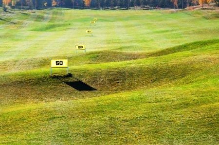 Photo pour Gamme de conduite sur le terrain de golf - image libre de droit