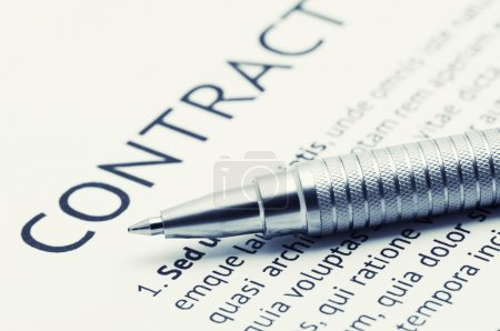 Photo pour Gros plan d'un stylo argenté sur contrat. image tonique. - image libre de droit