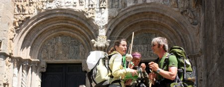 Photo pour SANTIAGO DE COMPOSTELA, ESPAGNE Pèlerins sur le Camino de Santiago dans la porte Platerias après avoir atteint Saint-Jacques de Compostelle . - image libre de droit