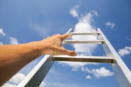 Foto de Hombre luchando por una escalera al cielo - Imagen libre de derechos