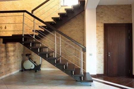 Photo pour Porte et escalier moderne - image libre de droit