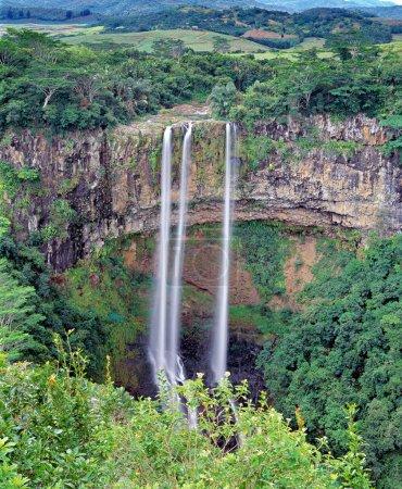 Photo pour La plus haute cascade de l'île Maurice Les chutes de Chamarel plongent à plus de 100 mètres dans un cadre pittoresque de forêts et de montagnes . - image libre de droit