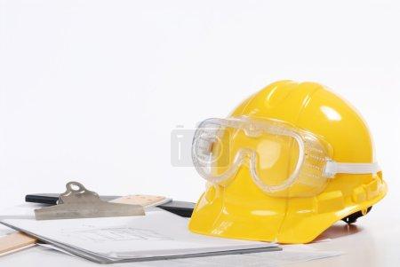 Photo pour Chapeau rigide jaune - image libre de droit