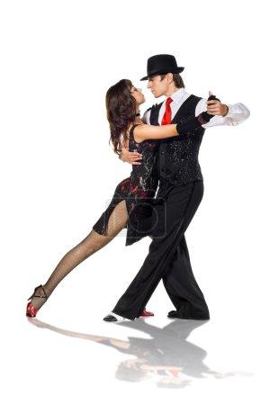 Photo pour Portrait de danseurs de tango d'élégance jeune. isolé sur fond blanc - image libre de droit