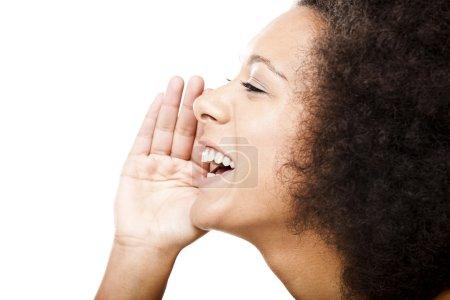 Photo pour Profil d'une jeune Afro-Américaine appelant quelqu'un, isolée sur blanc - image libre de droit