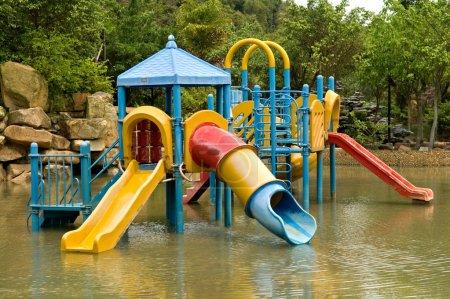 Photo pour Une aire de jeux pour enfants colorée sur le parc aquatique - image libre de droit