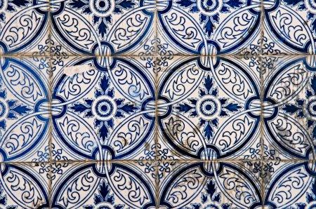 Photo pour Le motif abstrait de carreaux portugais peints avec des dessins intéressants - image libre de droit