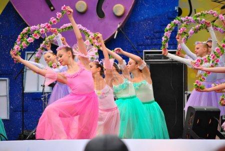 Photo pour Le concert sur la place Pouchkine, dédié à la ville de Moscou. Ballet pour enfants . - image libre de droit