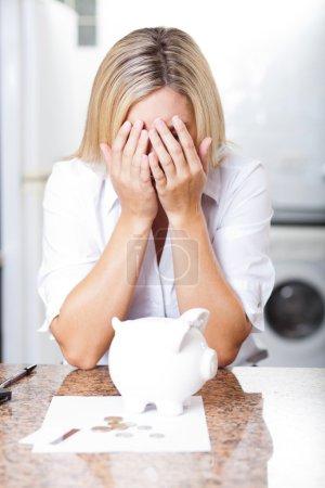 Photo pour Malheureuse jeune femme ayant des difficultés financières - image libre de droit