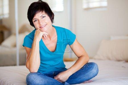 Foto de Mujer edad media atractiva relajante en casa - Imagen libre de derechos