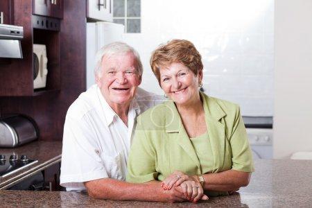 Photo pour Heureux aimant couple aîné portrait à la maison - image libre de droit