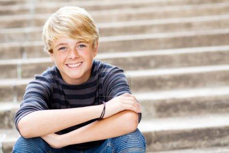 Photo pour Portrait agrandi cute teen garçon - image libre de droit