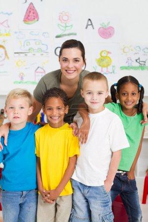 Photo pour Heureux enfants d'âge préscolaire et enseignant portrait - image libre de droit