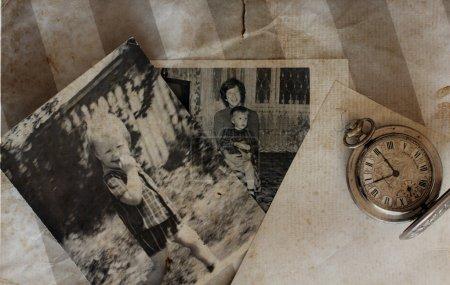 Foto de Relojes de bolsillo antiguos y cartas viejas - Imagen libre de derechos
