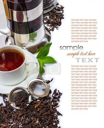 accessoires pour le thé sur un fond de meubles antiques