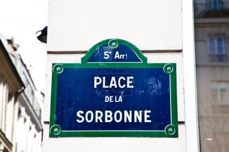 Photo pour Dans la rue Sorbonne se trouve La Sorbonne, l'une des plus anciennes universités du monde, fondée au XIIe siècle. - image libre de droit