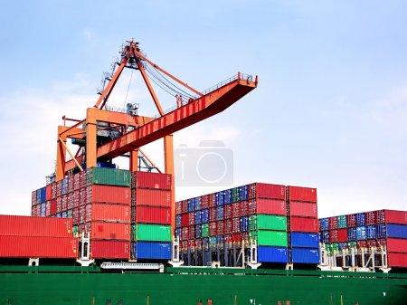Photo pour Empilements de conteneurs à bord sous pont-grue - image libre de droit