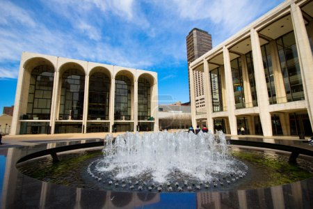 Photo pour La ville de New York - MAR. 9 : Le Lincoln Center Plaza à New York vu le mars 9, 2012. Lincoln Ctr. abrite le Metropolitan Opera, NYC Ballet, New York Philharmonic, Avery Fisher Hall et la Juilliard School - image libre de droit