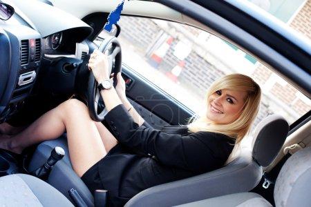 schöne Geschäftsfrau am Steuer eines Autos