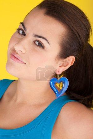 Photo pour Oh vraiment - Un regard de scepticisme, une femme belle se cogne la tête d'un côté dans l'incrédulité . - image libre de droit