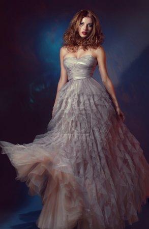 Photo pour Belle femme en robe de soirée longue - image libre de droit