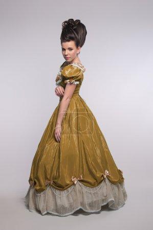 Foto de Vieja usanza en vestido amarillo - Imagen libre de derechos
