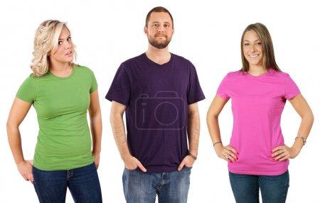 Photo pour Photo de trois jeunes adultes portant des t-shirts vierges de différentes couleurs. Prêt pour votre conception ou illustration . - image libre de droit