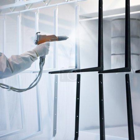 Photo pour Main tenant le pulvérisateur de revêtement en poudre - image libre de droit