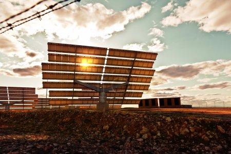 Photo pour Vue spectaculaire des panneaux solaires au coucher du soleil - image libre de droit